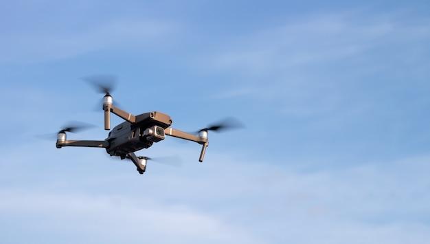 Drone of quadcopter in de lucht bij zonsondergang