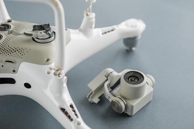 Drone op een grijze achtergrond met een kapotte camera. crash quadrocopter