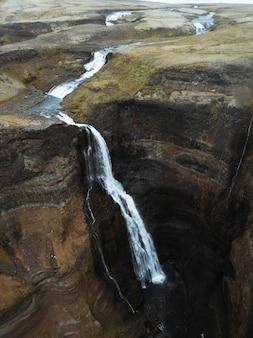 Drone-opname van de haifoss-waterval, ijsland