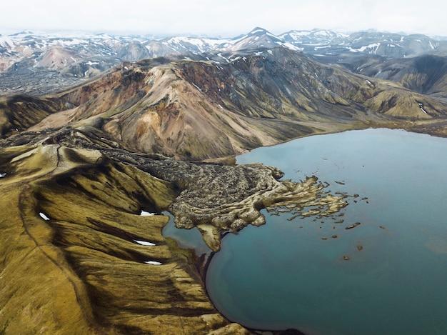 Drone-opname van de vulkanische krater ljotipollur bij landmannalaugar in het natuurreservaat fjallabak, de hooglanden van ijsland