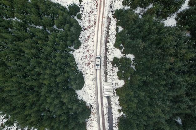 Drone-opname van een besneeuwde weg in de trossachs, schotland