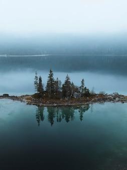 Drone-opname van het eibsee-meer, duitsland