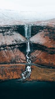 Drone-opname van hooglandwaterval op de faeröer