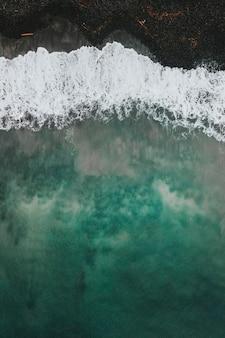 Drone-opname van talisker bay op het eiland skye in schotland