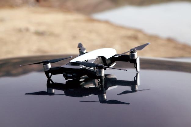 Drone overdag op de motorkap