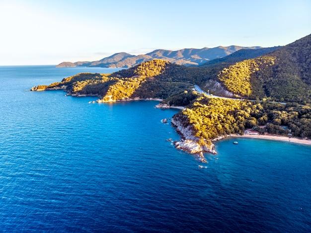 Drone panorama van zonsondergang in halkidiki met blauwe zee en bergen, griekenland