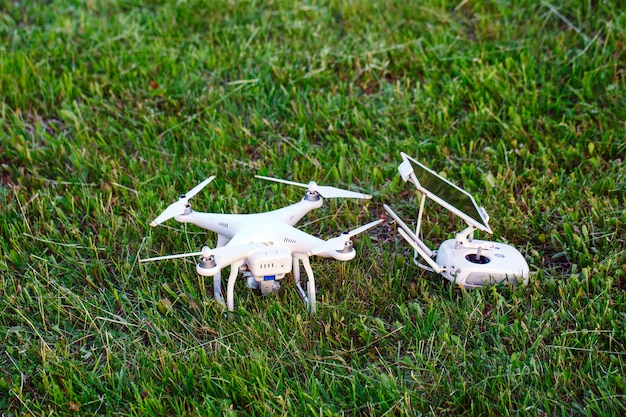 Drone quad copter met hoge resolutie digitale camera en de afstandsbediening pad met smartphone op gras