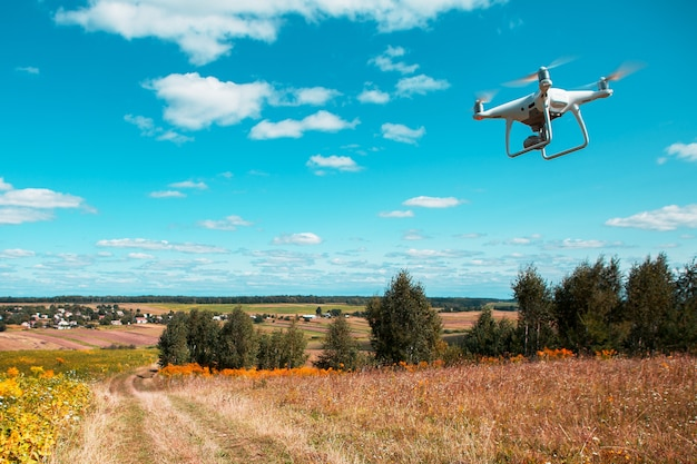 Drone quad copter op geel veld