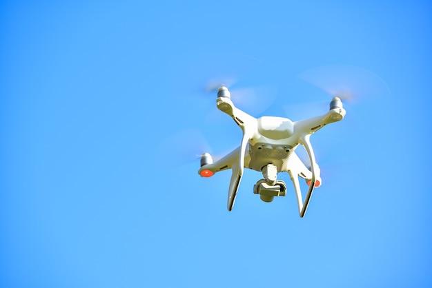 Drone quad helikopter met digitale camera aan de hemel