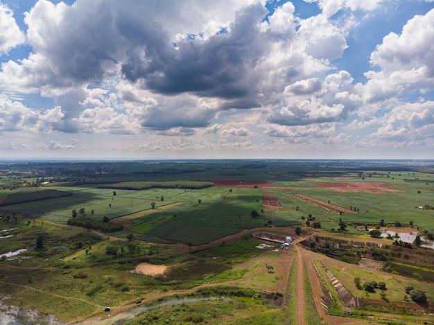 Drone schoot luchtfoto schilderachtig landschap met bewolkte hemel