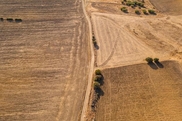 Drone shot van een veld met een weg