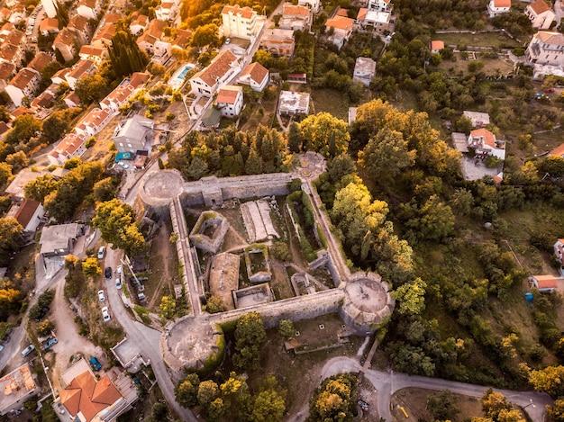 Drone-uitzicht op de kazerne in het fort