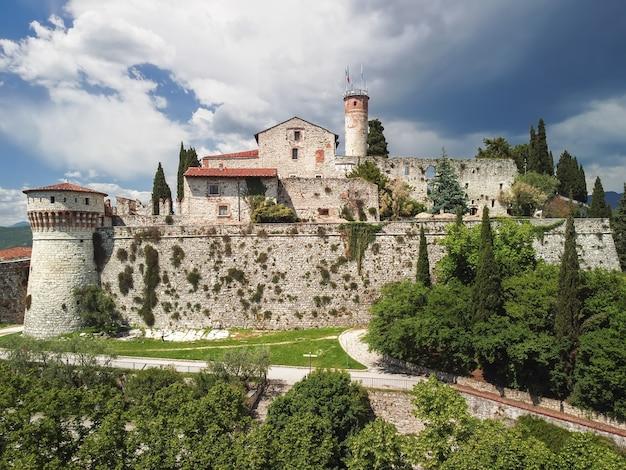 Drone uitzicht op het middeleeuwse kasteel van de stad brescia