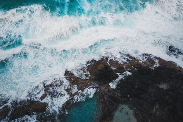 Drone uitzicht op zeegolven en rotsachtige kust