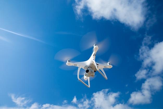 Drone vliegen in de blauwe lucht