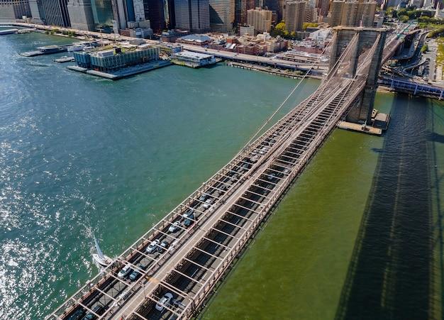 Drone vliegt dichtbij over de brooklyn bridge in manhattan new york city usa tijdens zomertijd