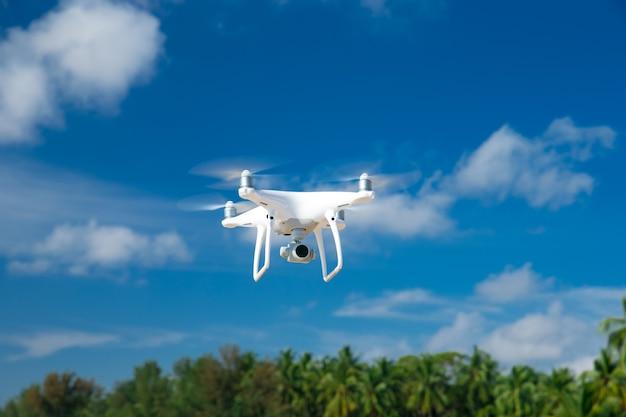 Drone vliegt in de blauwe lucht