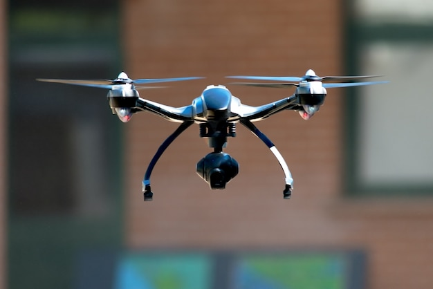 Drone vliegt in de buurt van huis