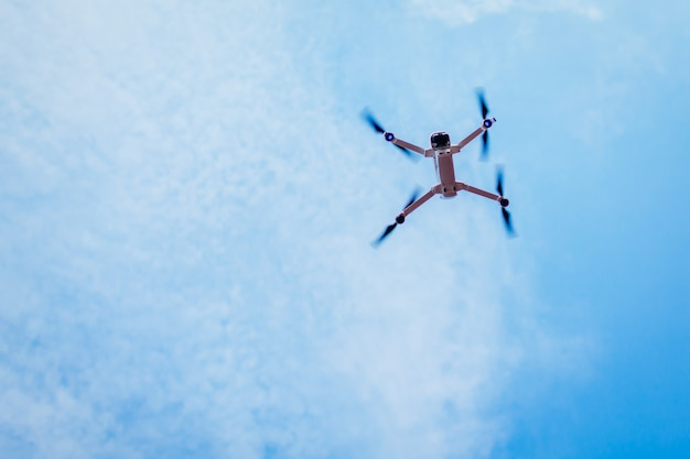 Drone vliegt in de lucht. copter lage hoek bekijken.