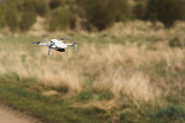 Drone vliegt in een veld achtergrond