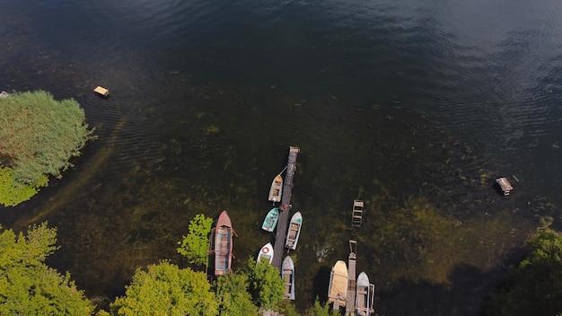 Drone vliegt over golvende rivier van blauwe kleur