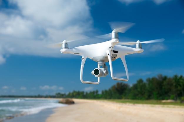 Drone vliegt over prachtige zee
