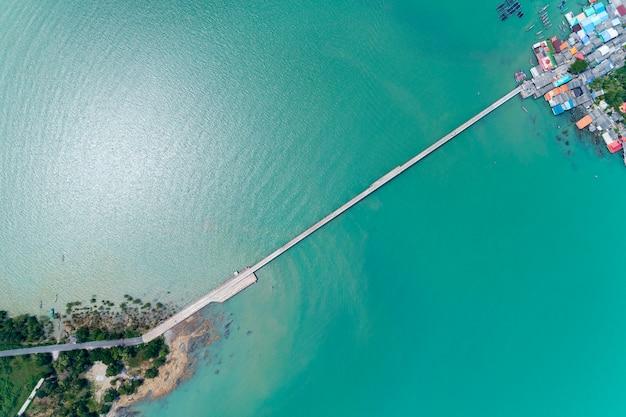 Drone-weergave top down van kleine brug naar koh rat in surat thani thailand