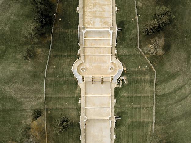Drone-weergave van de jackson cascades onder het zonlicht in michigan