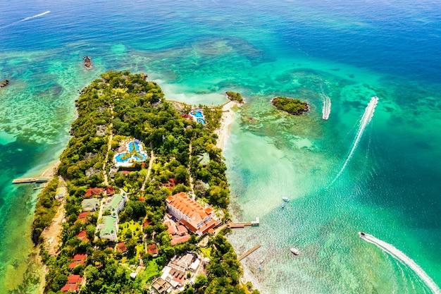Drone-weergave van het caribische tropische eiland cayo levantado in de dominicaanse republiek