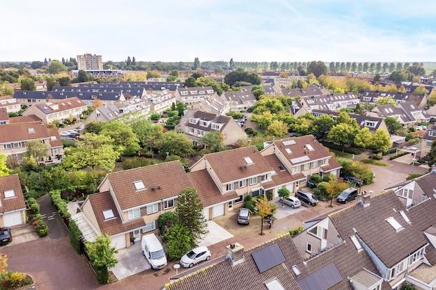 Drone-weergave van woonwijk met prachtige gebouwen