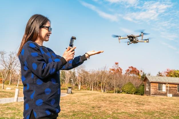 Drones en cameravrouwen in het park