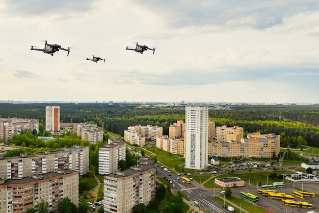 Drones vliegen over de huizen van de stad minsk. stedelijk landschap met drones die erover vliegen. quadrocopters vliegen over de stad.