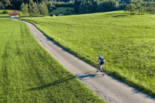 Droneview van een fietser
