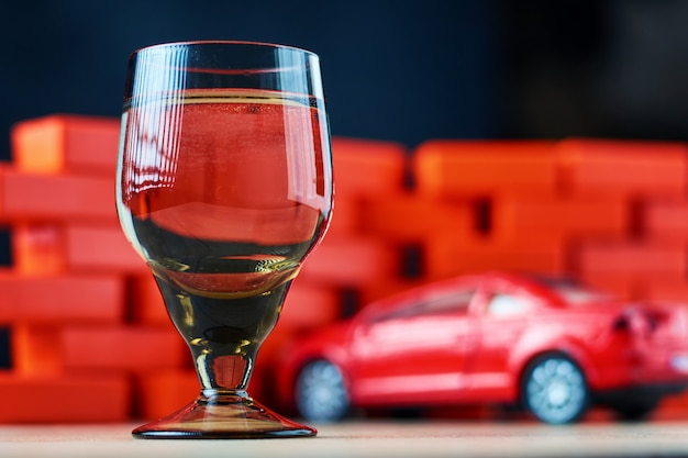 Dronk rijden ongeval met een auto-ongeluk. rijd niet na het drankconcept