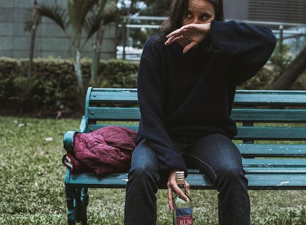 Dronken dakloze vrouw in het park