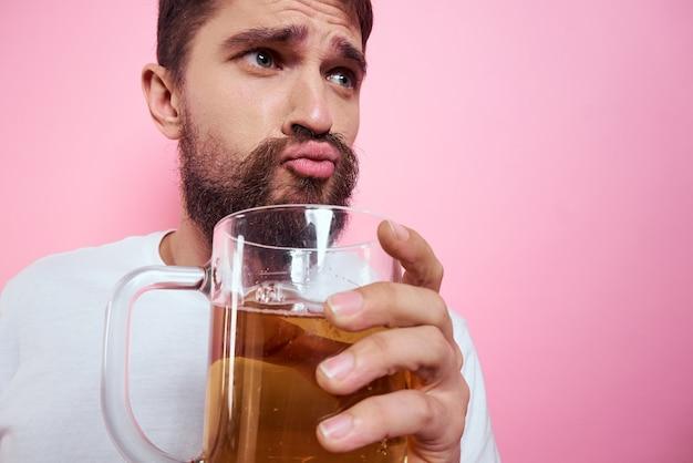 Dronken man met een grote mok bier