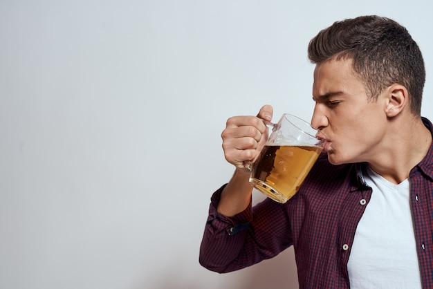Dronken man met een mok bier vakantie alcohol levensstijl