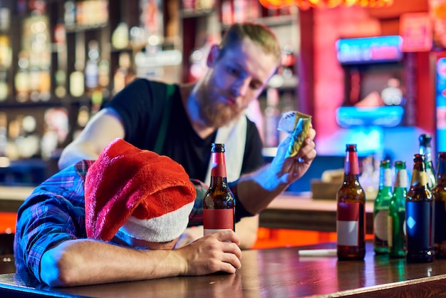 Dronken man op kerstfeest in bar