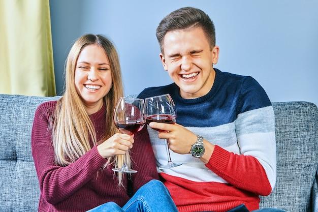 Dronken op de universiteitscampus drinken een jonge man en een vrouw alcohol in een slaapzaal.