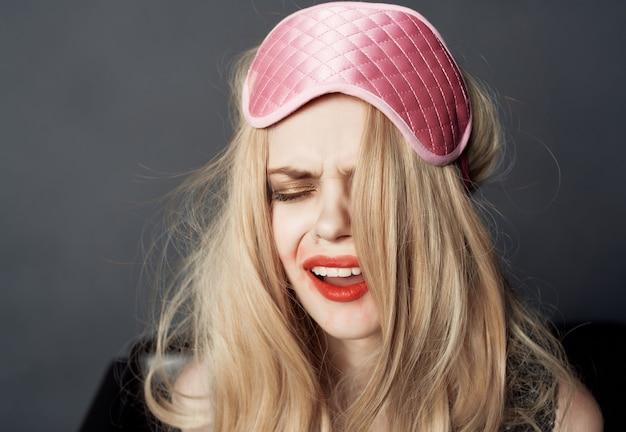 Dronken vrouw leuke emoties rode lippenstift alcohol geïsoleerde achtergrond