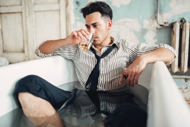 Dronken zakenman in badkuip, zelfmoord man concept