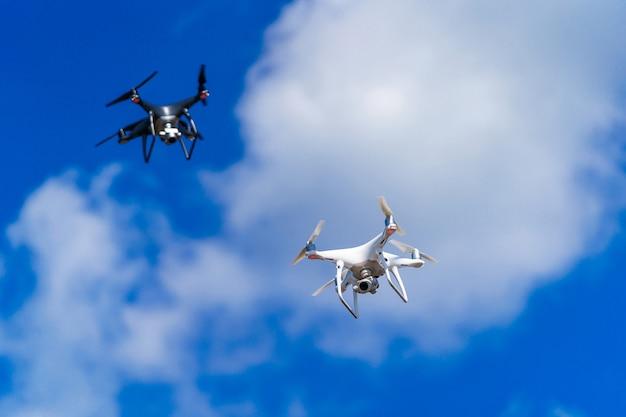 Drons vliegen in de blauwe lucht