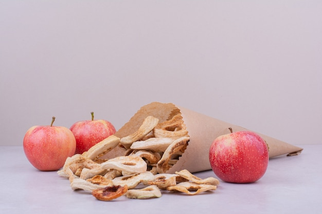 Droog appelschijfjes in de papieren verpakking