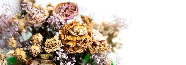 Droog boeket. close-up beeld van gedroogde bloemen in een boeket. leven en dood concept.