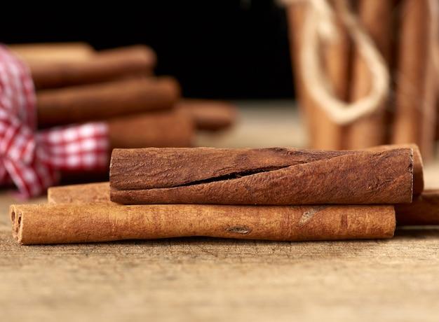 Droog bruin kaneelstokjes op houten achtergrond, close-up