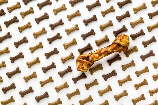 Droog dierlijk voedsel voor huisdieren dat op witte achtergrond wordt geïsoleerd