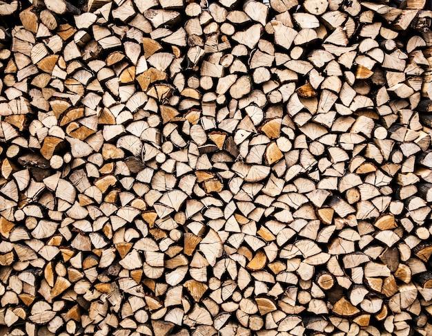 Droog gehakte brandhoutblokken klaar voor de winter