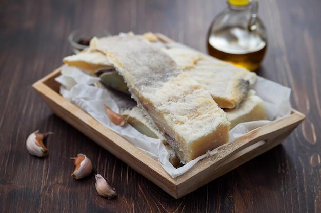 Droog gezouten kabeljauwvissen op houten raad