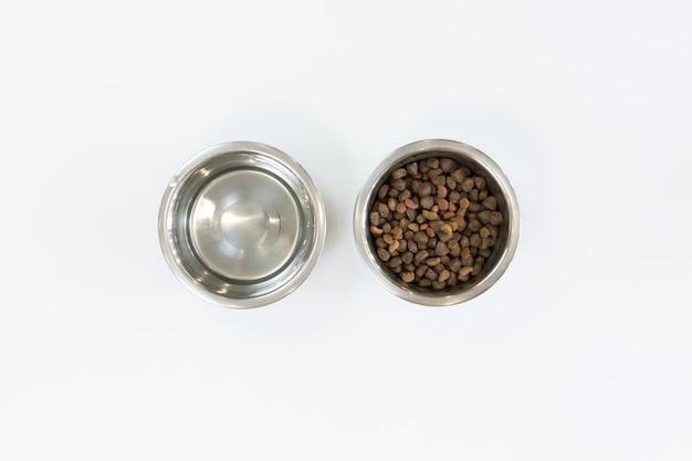 Droog hondenvoer in metalen kom, bovenaanzicht en plat leggen