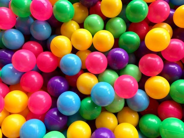 Droog kinderzwembad met kleurrijke ballen